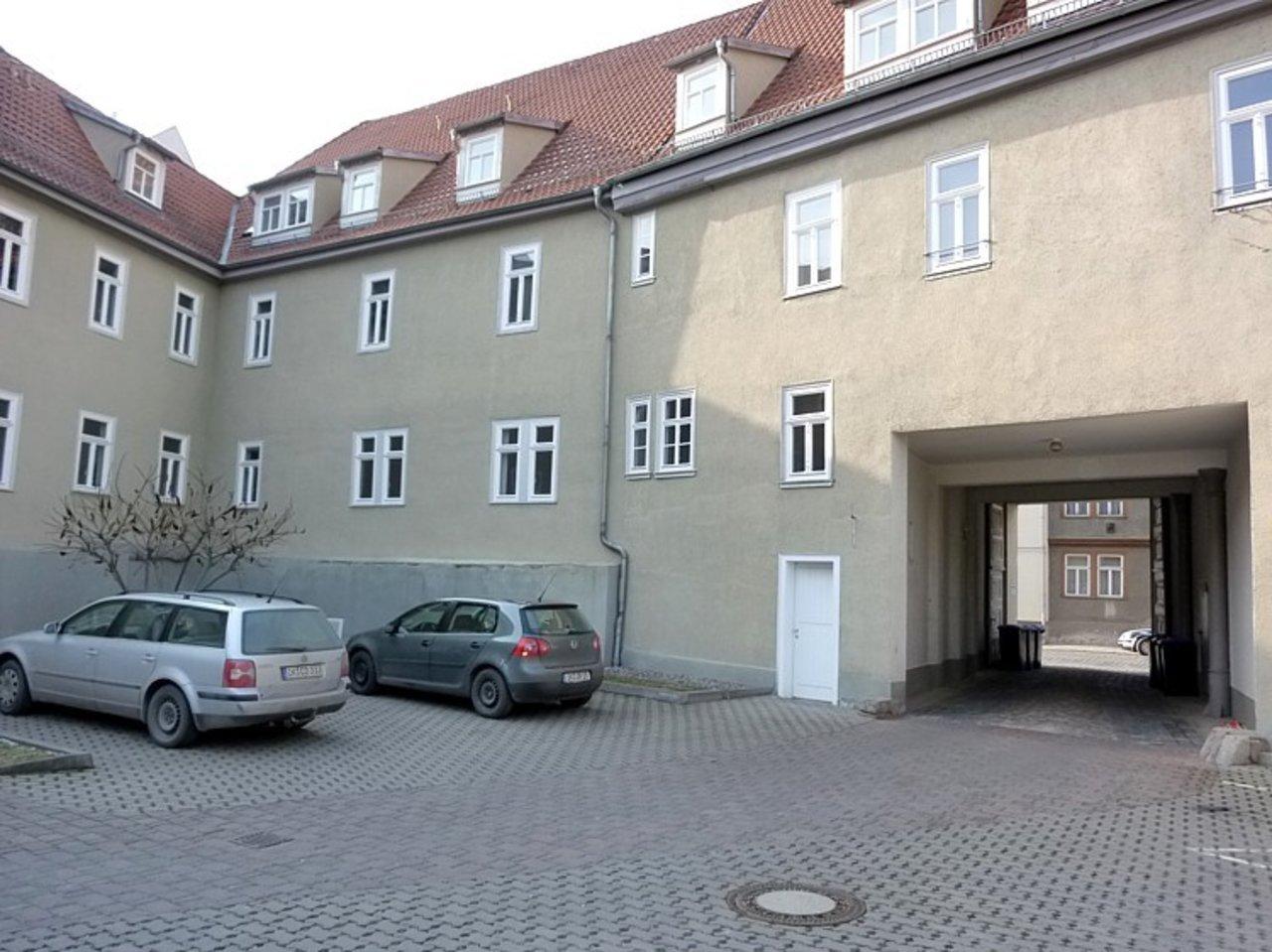 Repräsentatives, großzügiges Büro mit Parkplätzen im Stadtzentrum-Innenhof mit Parkplätzen