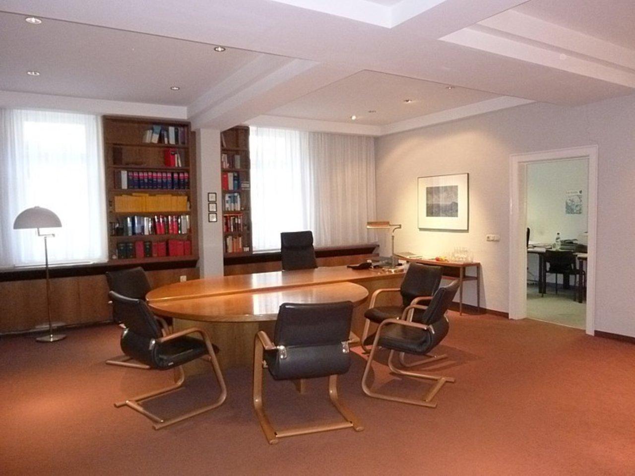 Repräsentatives, großzügiges Büro mit Parkplätzen im Stadtzentrum-Beratungszimmer