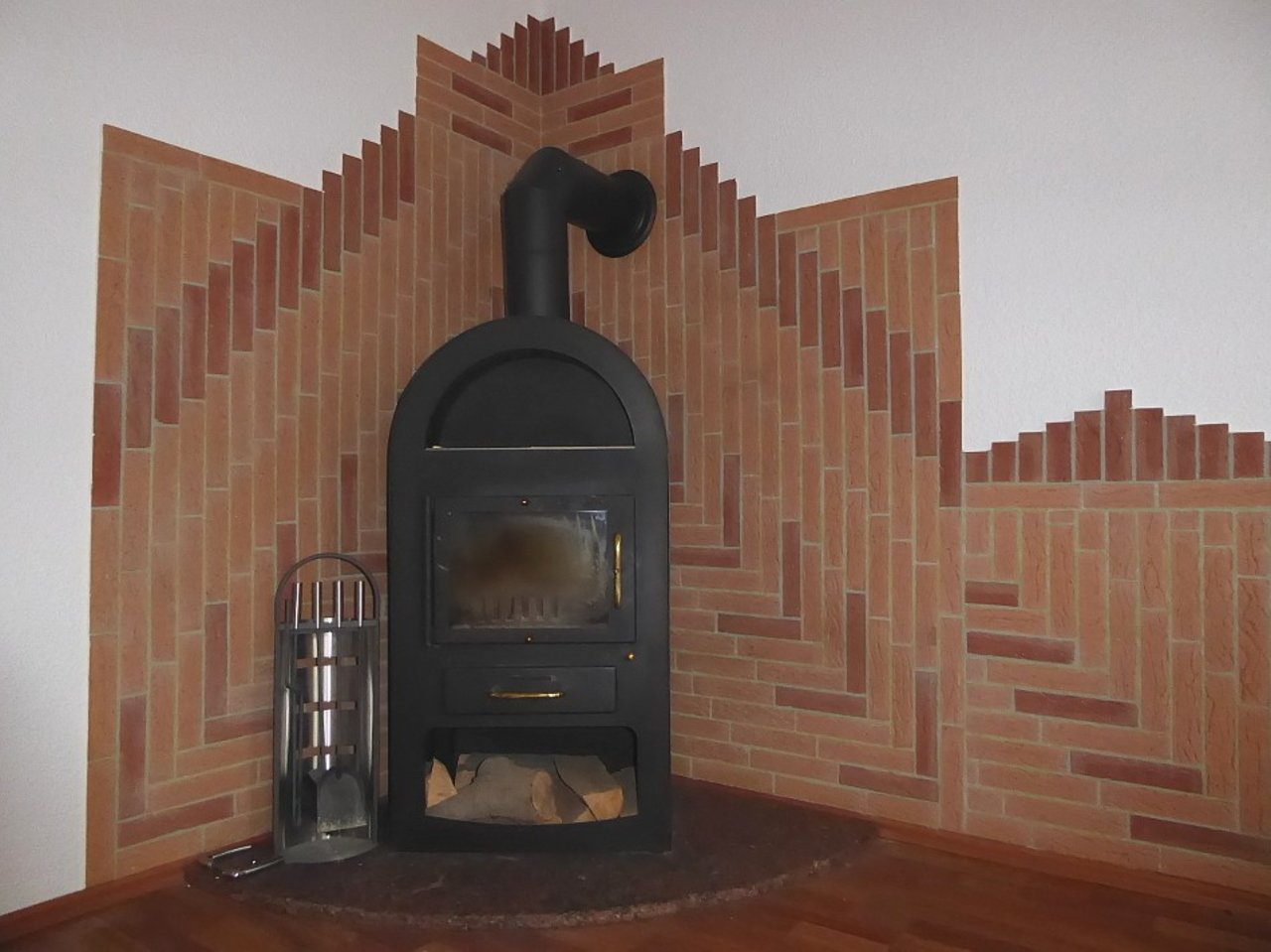 Großzügige 3-Zimmerwohnung mit Kamin und Einbauküche-Kaminofen im Wohnzimmer