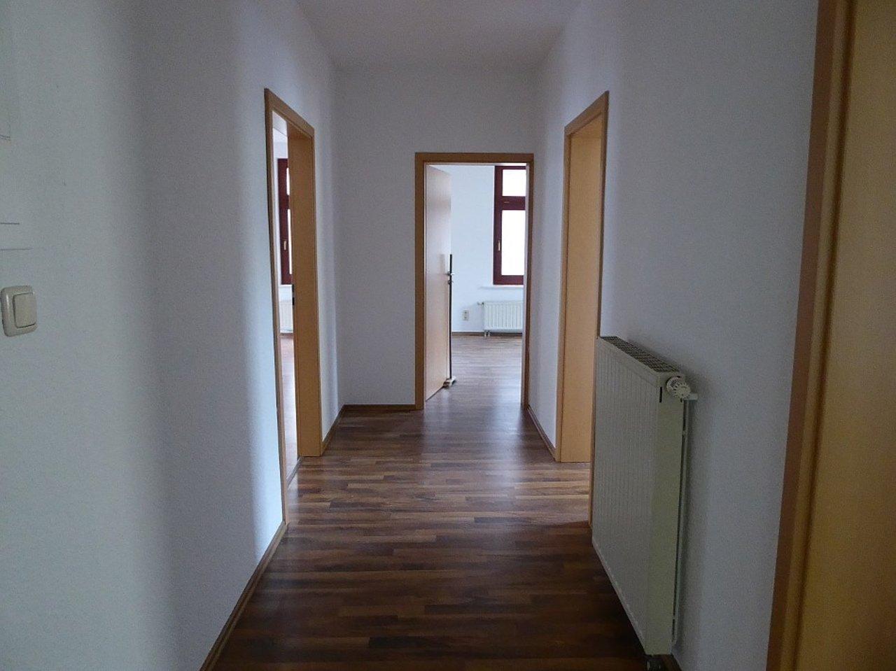 Großzügige 3-Zimmerwohnung mit Kamin und Einbauküche-Flur
