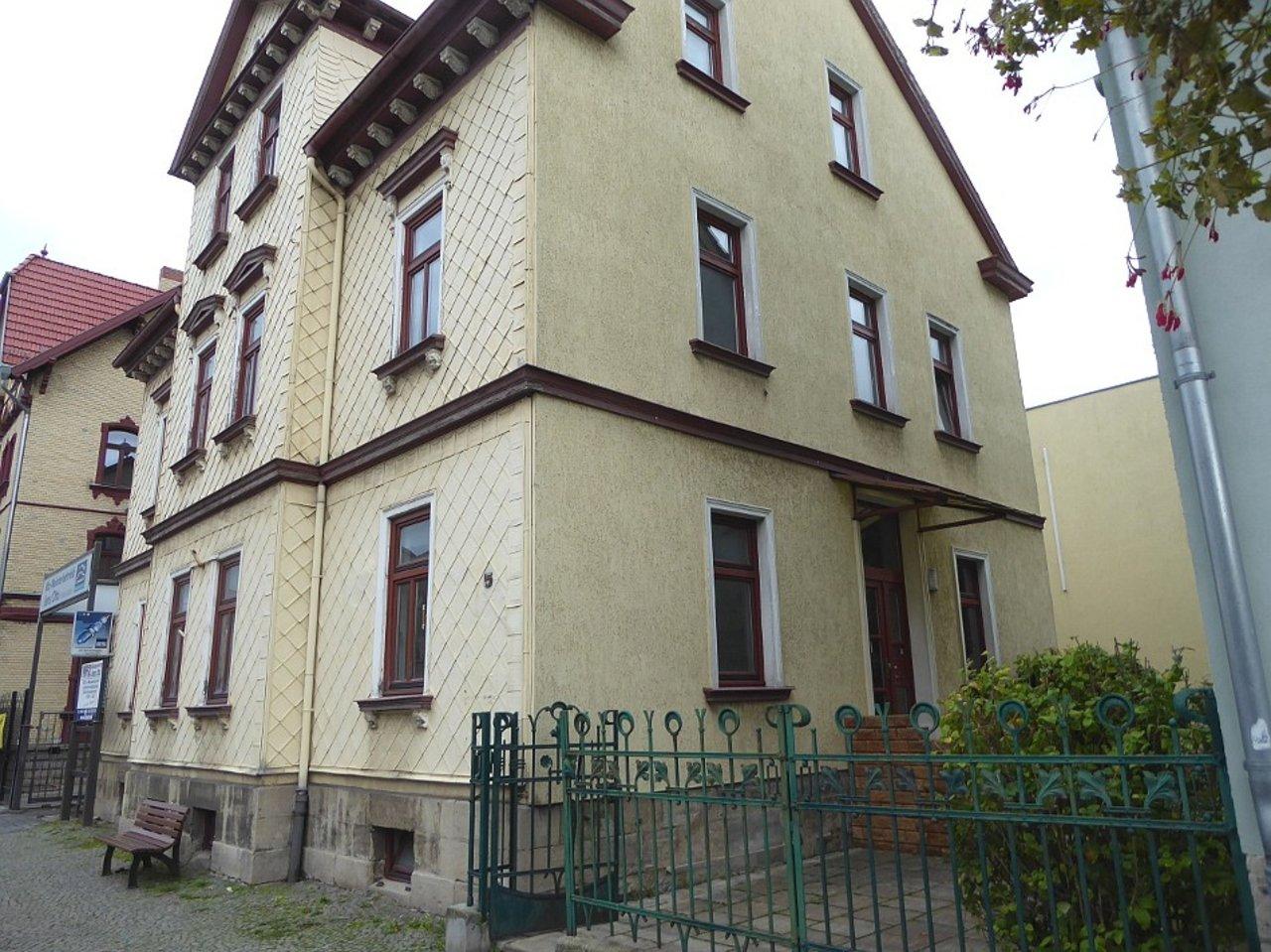 Großzügige 3-Zimmerwohnung mit Kamin und Einbauküche-Straßenansicht