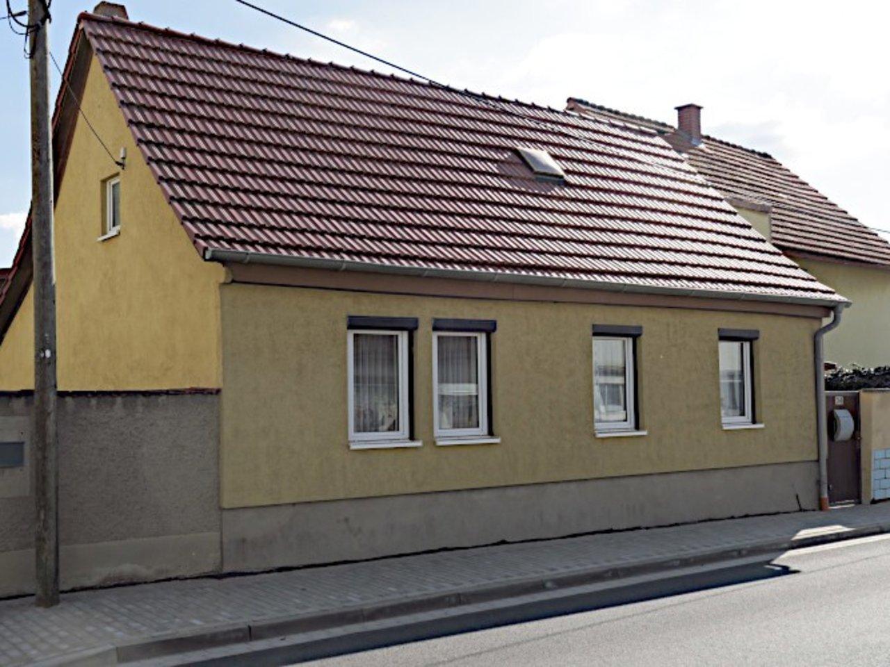 Sanierungsbedürftiges EFH mit Nebengebäuden in Wüllersleben-Straßenansicht
