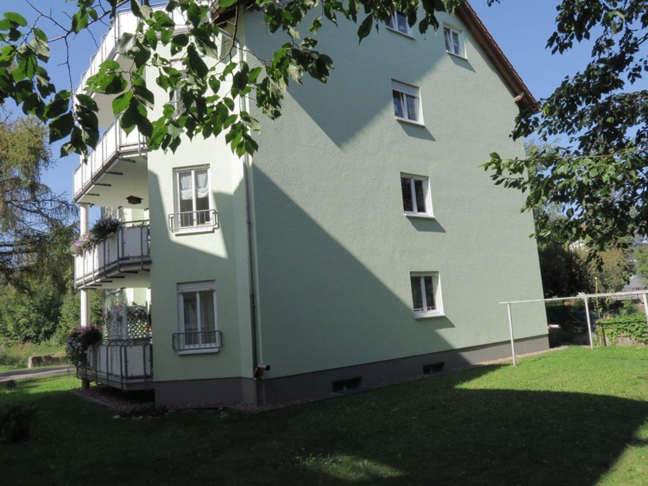 Solide Anlage! Charmante, vermietete DG-Eigentumswohnung in Arnstadt-Hausansicht Südost