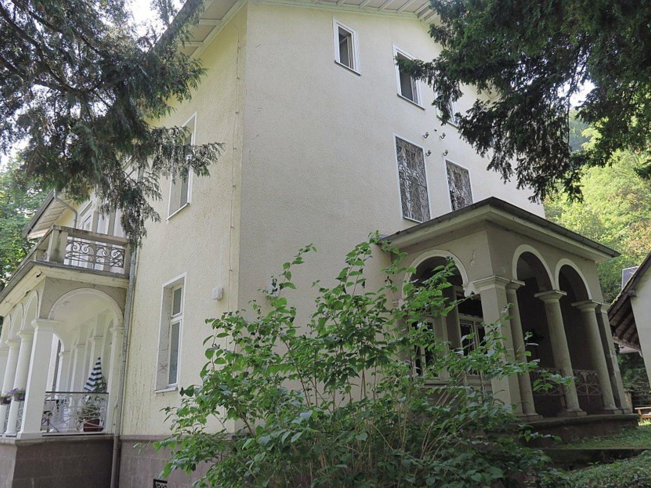 Familienfreundliche Wohnung am südlichen Stadtrand mit parkähnlichem Grundstück-Hauseingang