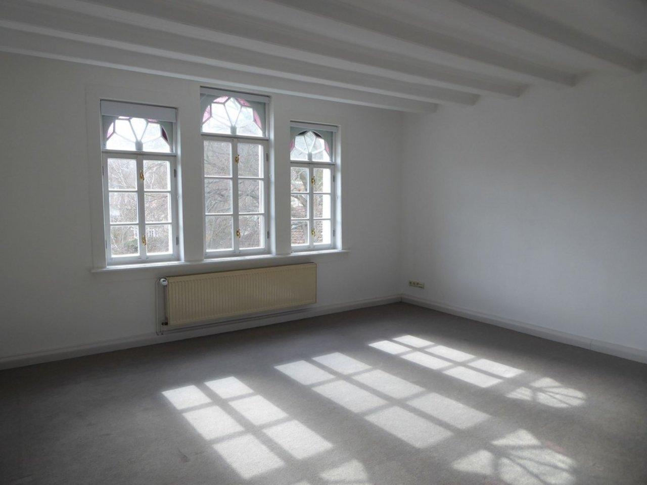 Reizvolle, großzügige DG-Wohnung mit viel Raum und individueller Gestaltung-Wohnzimmer