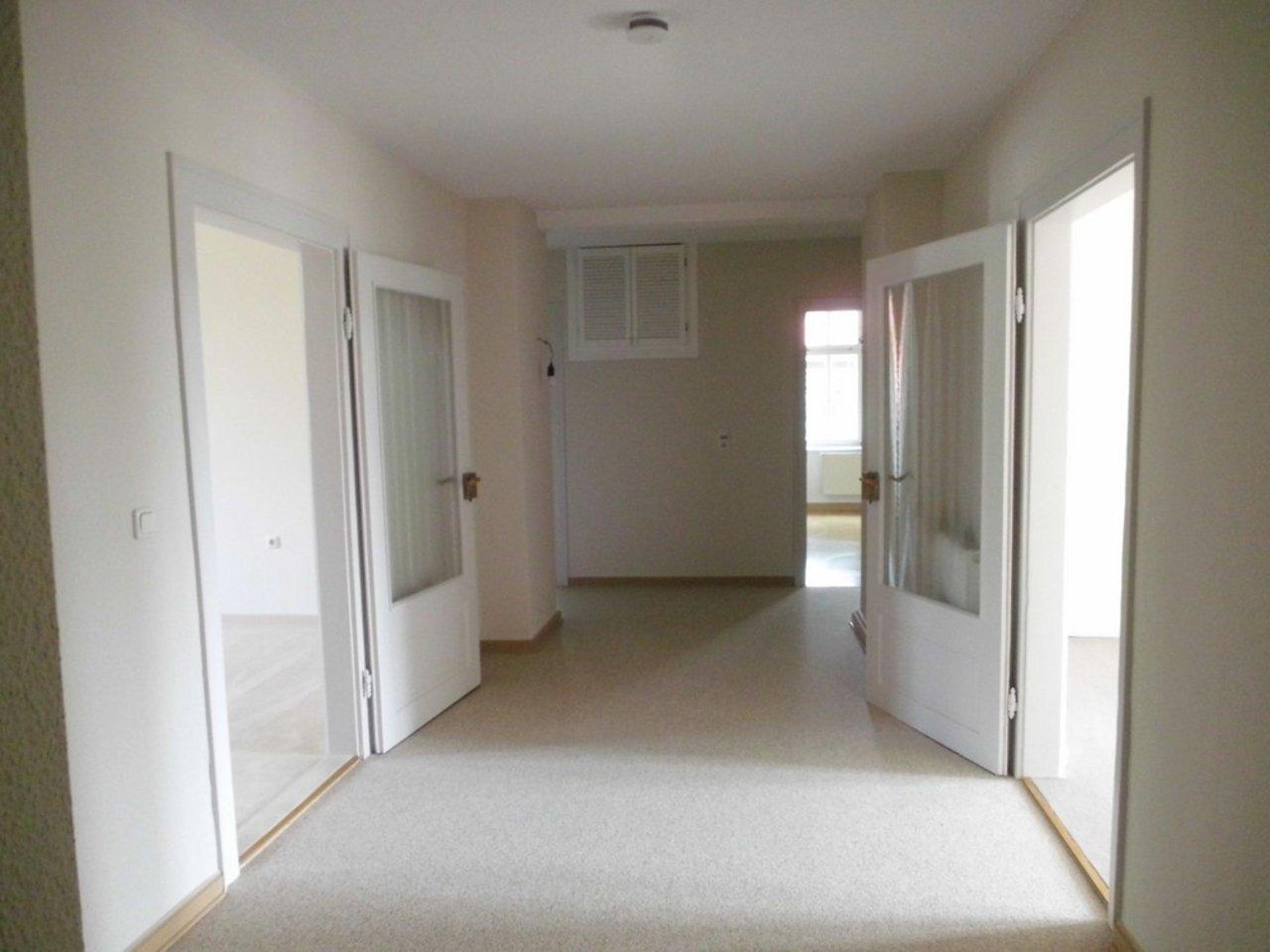 Reizvolle, großzügige DG-Wohnung mit viel Raum und individueller Gestaltung-Flur