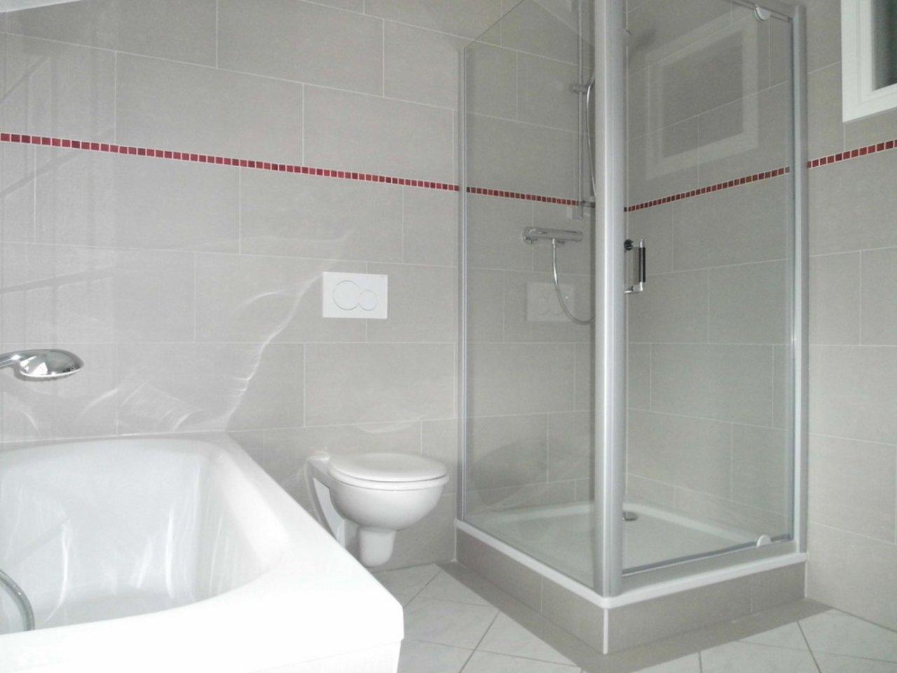 Reizvolle, großzügige DG-Wohnung mit viel Raum und individueller Gestaltung-Bad