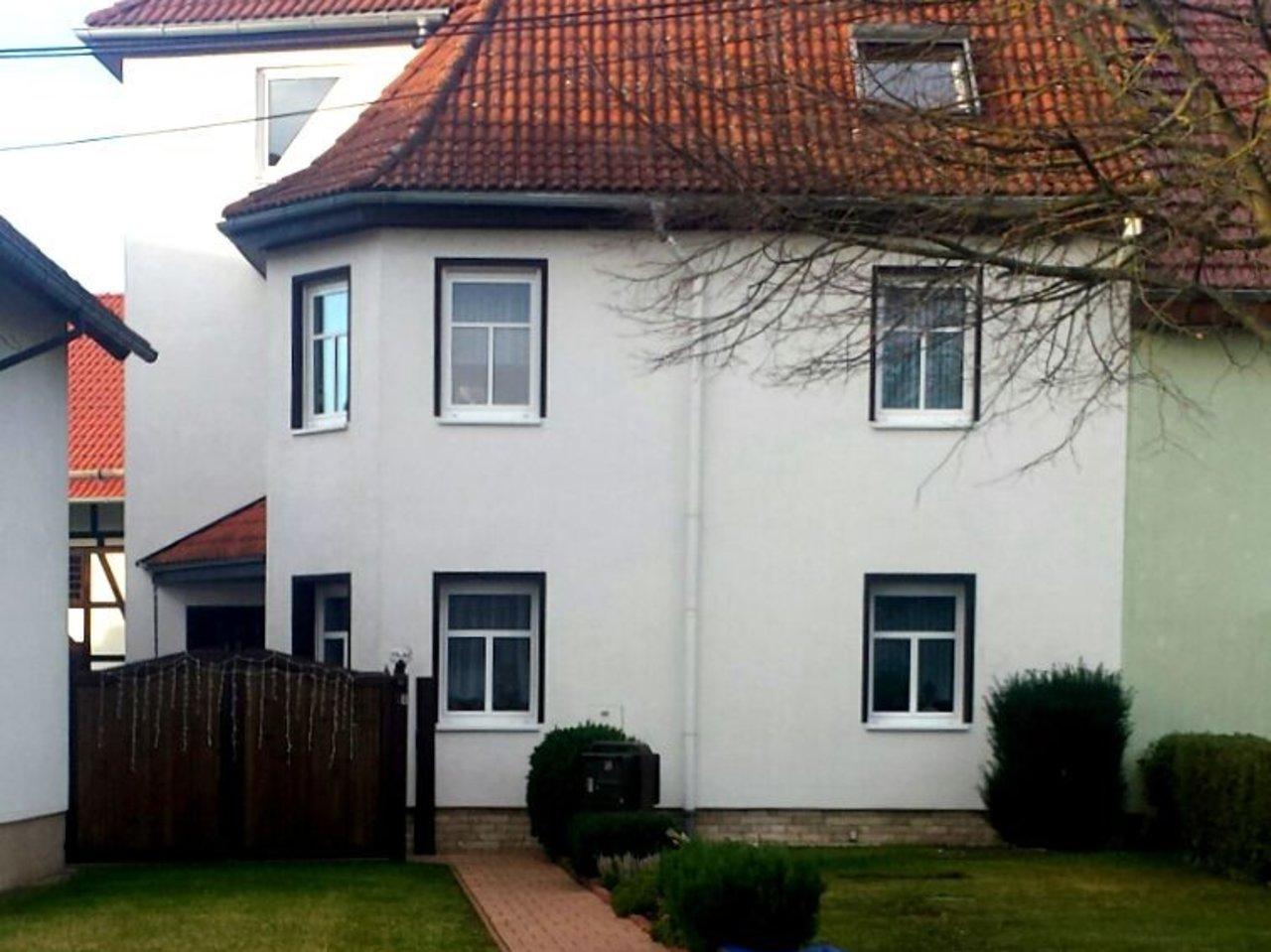Großzügige, gepflegte Wohnung mit sonniger Terrasse in Witzleben-Hausansicht Straßenseite