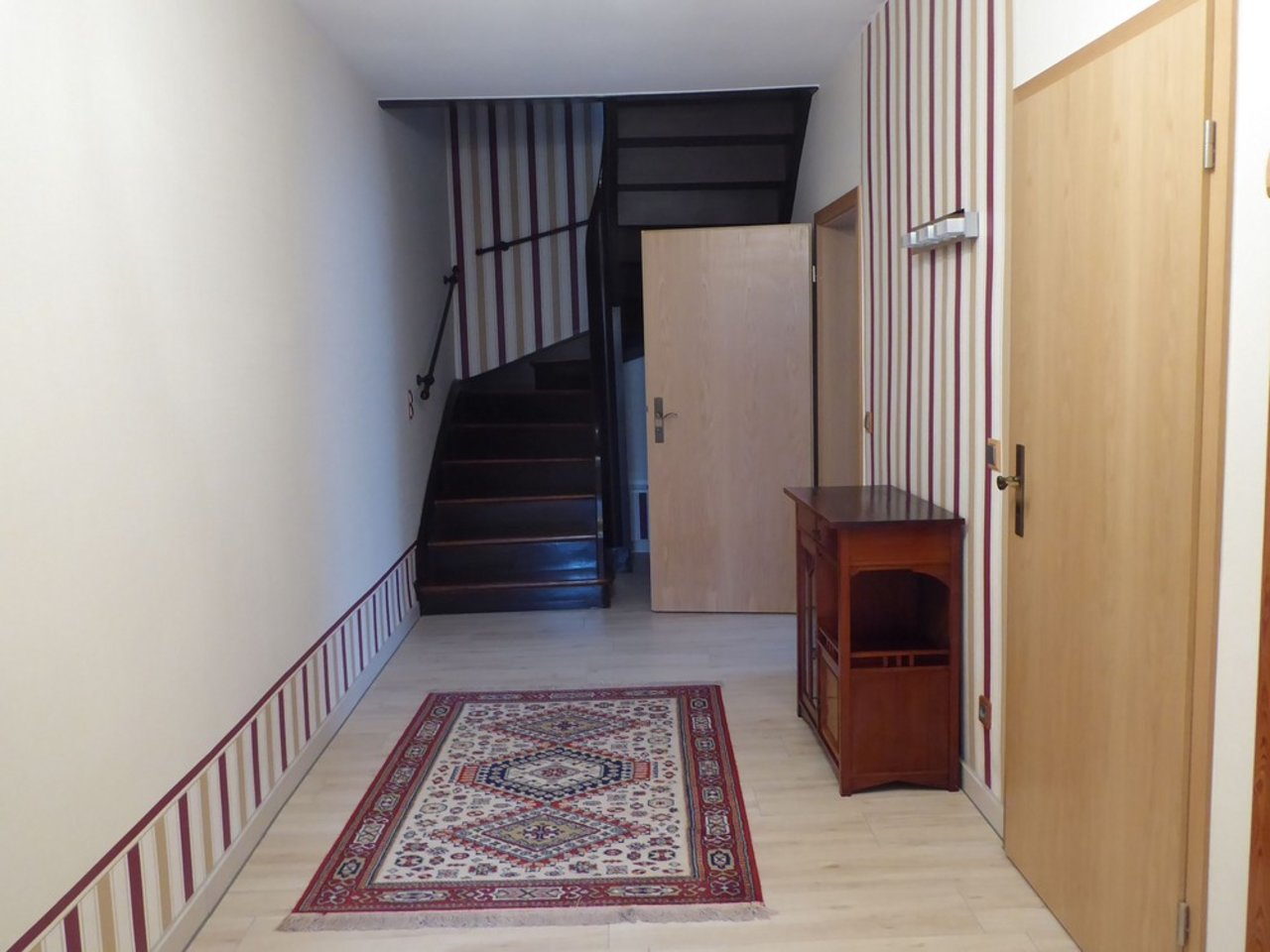 Großzügige, gepflegte Wohnung mit sonniger Terrasse in Witzleben-Eingang - Flur im EG