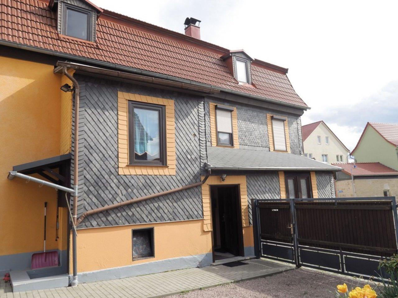 Großzügiges EFH mit Nebengebäude in Gräfenroda-Hausansicht mit Einfahrt